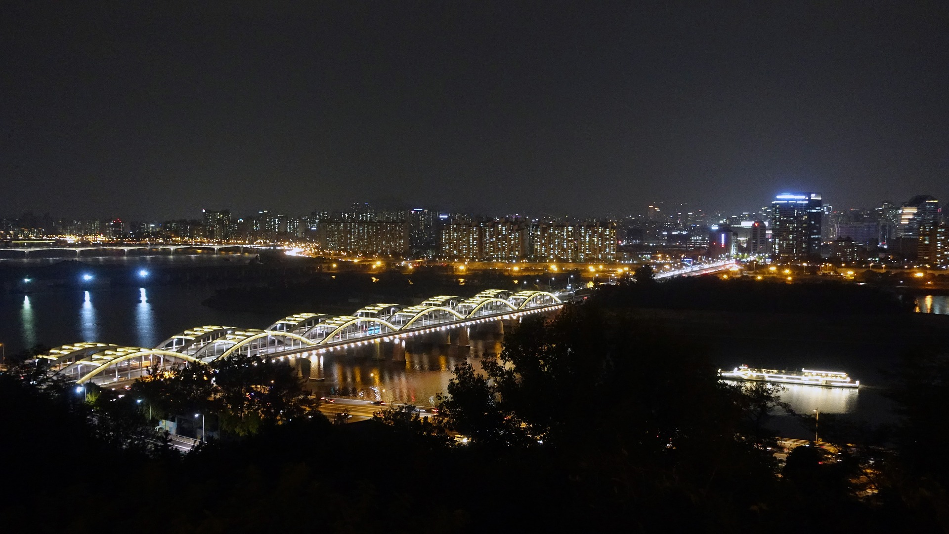The Hangang Bridge (literally Han River bridge), Seoul, South Korea