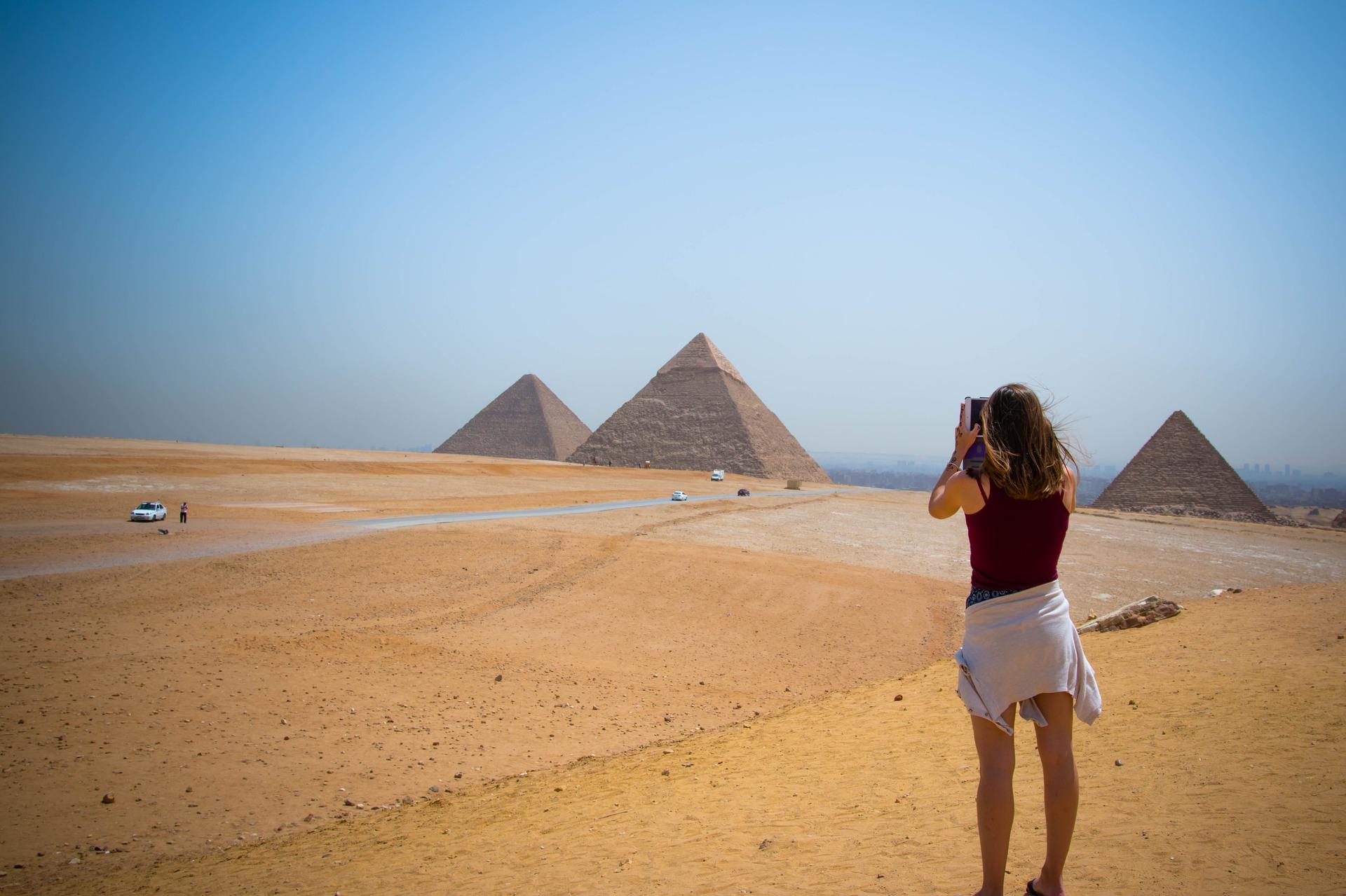 Девушка на пирамидах фото