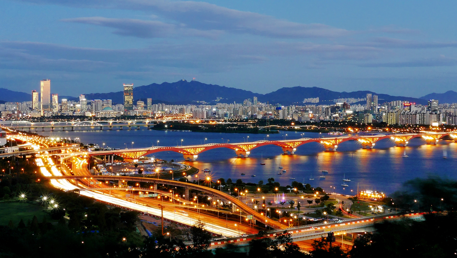 Seongsan Bridge and the Han River, Seoul, South Korea